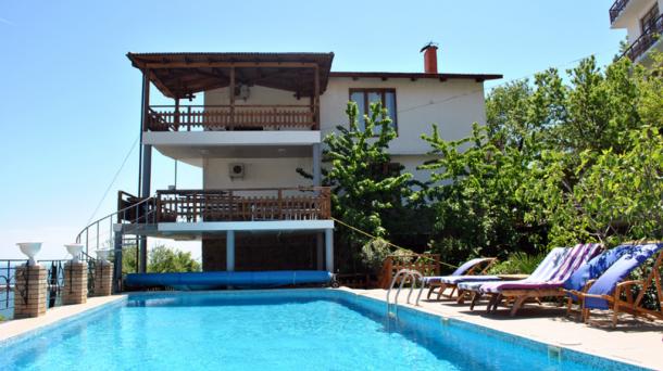 Снять дом с бассейном и двором не далеко от моря в Гурзуфе
