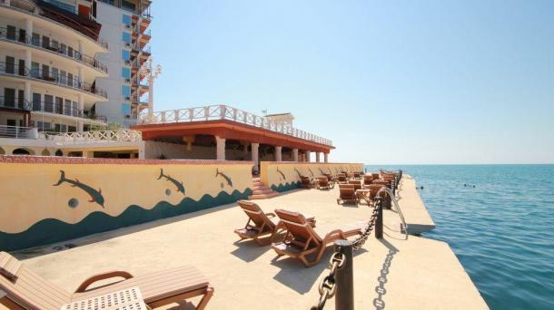 Двухместные апартаменты со своим пляжем  и видом на море в пригороде Ялты.