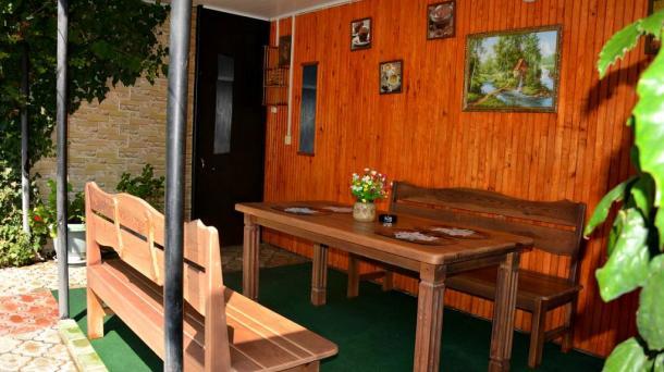 Снять двухкомнатный коттедж с двором в Приморском парке в Ялте.