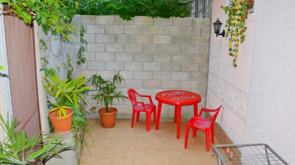 Однокомнатная квартира-студия с двориком возле набережной.Частный сектор,центр Ялты.