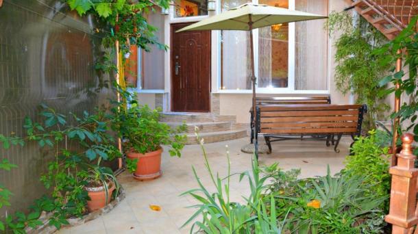 Однокомнатная квартира-студия с двором и барбекю над Массандровским пляжем.Ялта Центр.