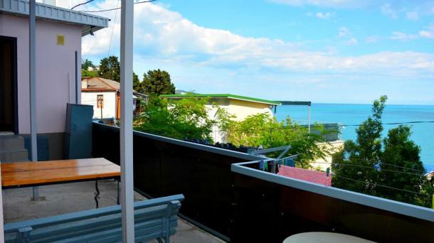 Двухкомнатная квартира с видом на море и двориком над Массандровским пляжем.Частный сектор в Ялте.
