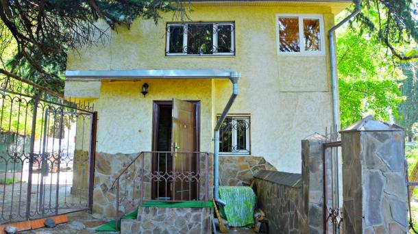 Двухкомнатный коттедж  с двором и парковкой,возле Массандровского пляжа.Ялта Центр